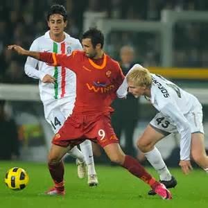 Vucinic con la Roma, contro la Juventus