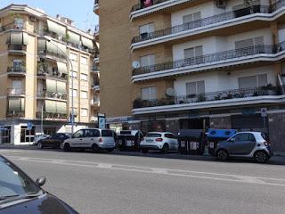 ROMA Come parcheggiare usando i cassonetti… La Yamaha parte male in via Trionfale