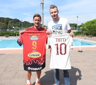 CALCIO E VOLLEY Zaytsev e Totti, scambio di maglie tra idoli