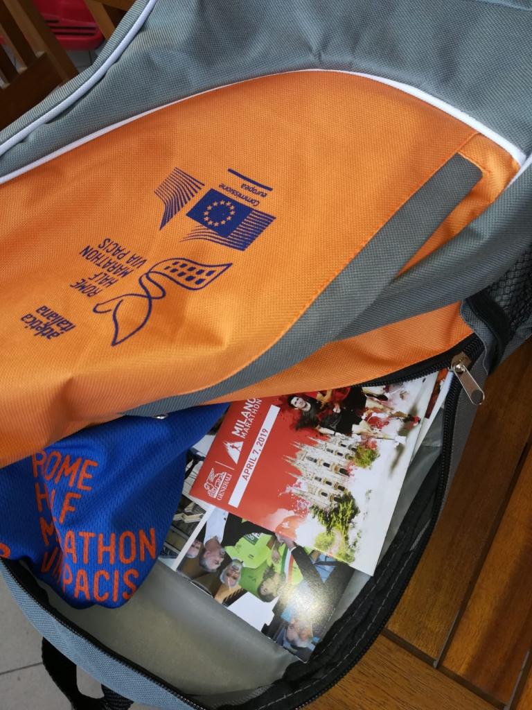 Il kit della half marathon Via Pacis di Roma, con l'invito per MIlano