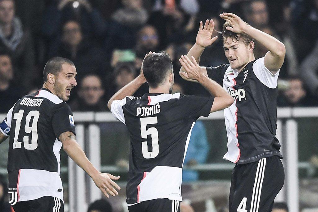 De Light festeggiato da Bonucci e Pjanic dopo il gol vittoria nel derby con il Torino FOTO JUVENTUS.COM