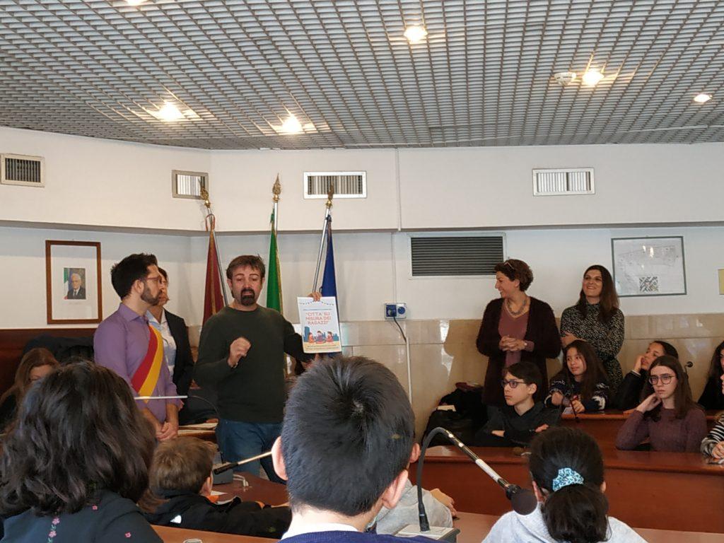 """Il Presidente dell'Associazione """"Il Cenacolo"""" Roberto Ferrante mentre parla ai ragazzi"""